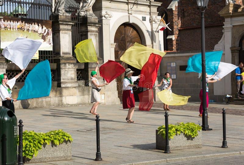 Os peregrinos do dia de juventude de mundo cantam e dançam no St Maria Magdalena Square em Cracow imagem de stock