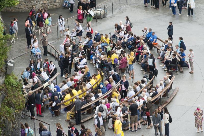 Os peregrinos e os voluntários esperam uma cerimônia religiosa imagens de stock royalty free