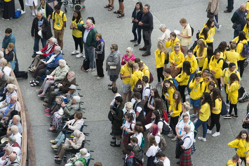 Os peregrinos e os voluntários esperam uma cerimônia religiosa fotos de stock