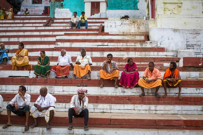 Os peregrinos esperam Agni Pooja Sanskrit ritual: Adoração do fogo em Dashashwamedh ghat principal e o mais velho de Ghat - de Va imagem de stock royalty free