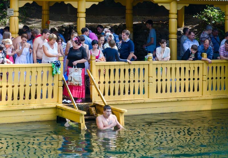 Os peregrinos estão na mola santamente do serafim do St de Sarov, Rússia fotos de stock royalty free