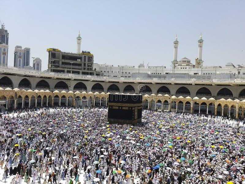 Os peregrinos Hajj se sombram de ter bolhas de calor com guarda-chuva colorida durante a estação do hajj em Makkah, Arábia Saudit imagem de stock royalty free