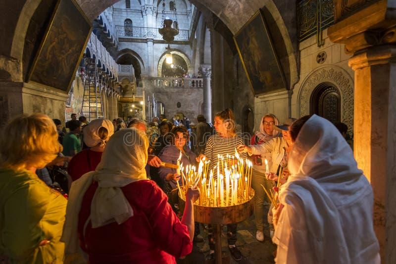 Os peregrinos iluminaram as velas, igreja do sepulcro santamente no Jerusalém, Israel fotografia de stock