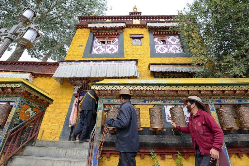 Os peregrinos tibetanos não identificados circundam o palácio de Potala imagens de stock