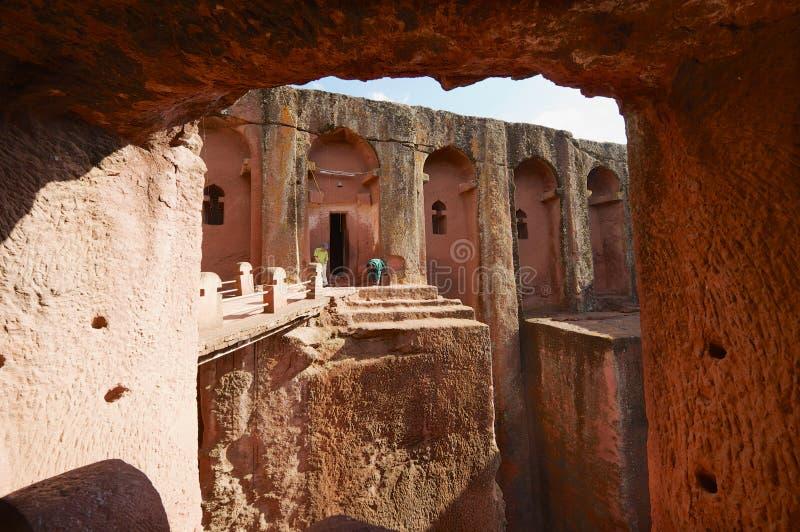 Os peregrinos visitam a igreja rocha-desbastada monolítica original, patrimônio mundial do UNESCO, em Lalibela, Etiópia fotografia de stock