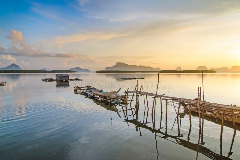 Os pescadores abrigam e crepúsculo colorido na manhã sobre o seascape imagens de stock