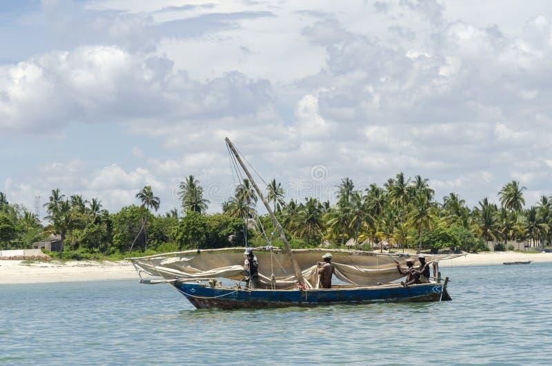 Os pescadores africanos procuram água com varinha de rabdomante vela imagens de stock royalty free