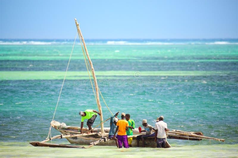 Os pescadores aproximam o barco fotografia de stock