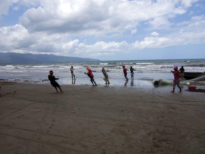Os pescadores nativos puxam as redes, Antsiranana, Madagáscar imagens de stock royalty free