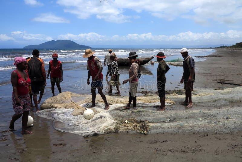 Os pescadores nativos puxam as redes, Antsiranana, Madagáscar fotografia de stock royalty free