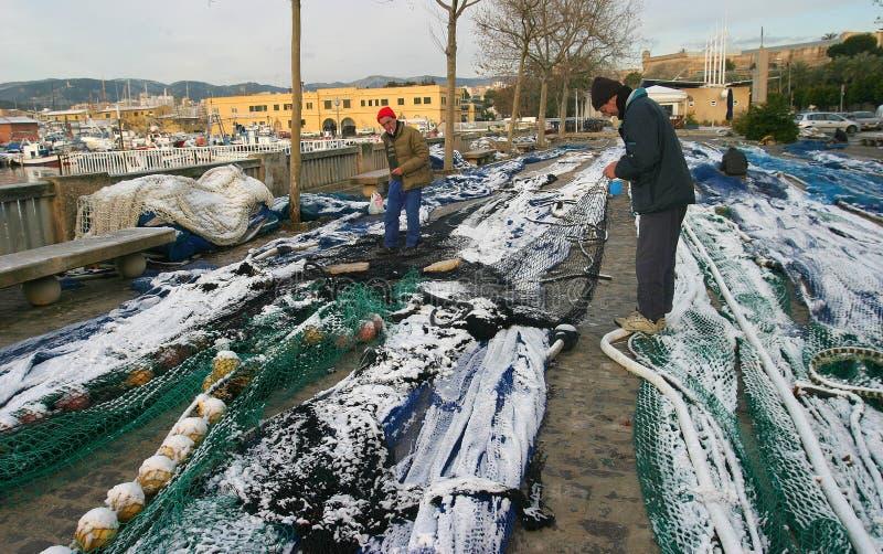 Os pescadores reparam seus covereds das redes de pesca na neve na ilha mediterrânea do detalhe de Mallorca fotos de stock royalty free
