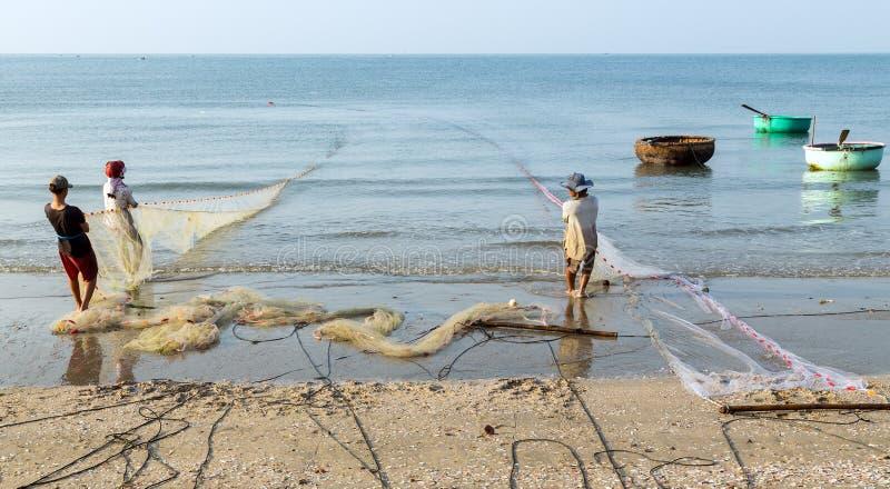 Os pescadores são peixes puxados na rede de pesca fotos de stock