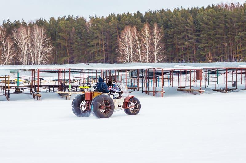 Os pescadores vão no carro de neve caseiro com pesca do gelo fotografia de stock royalty free