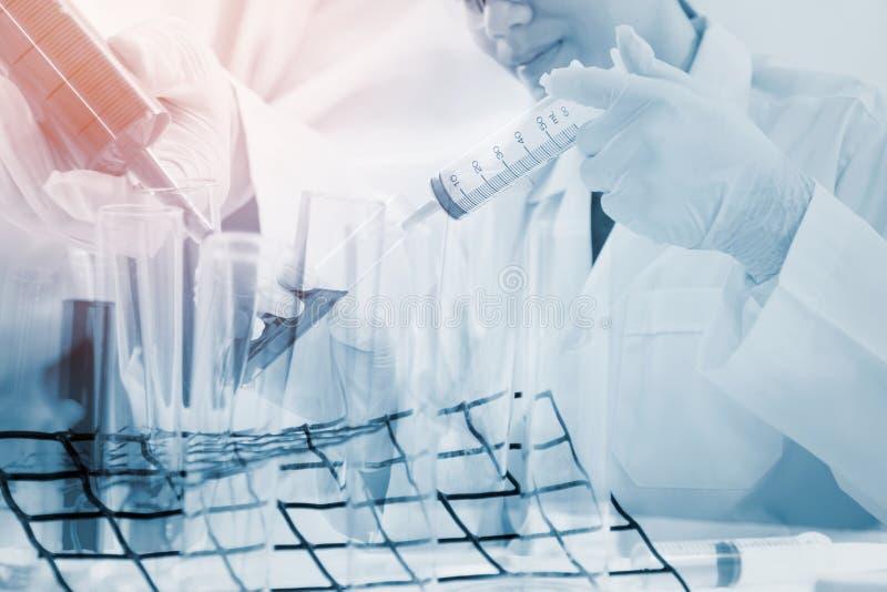 Os pesquisadores estão testando as bactérias no laboratório imagens de stock