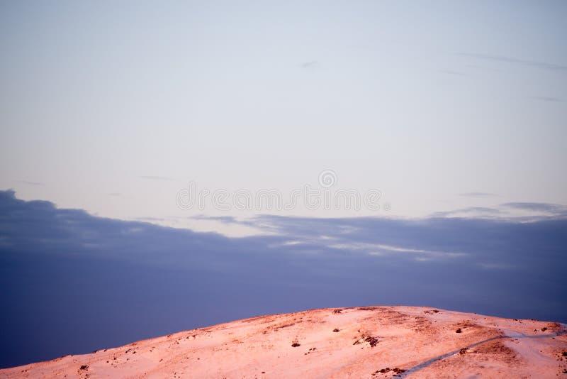 Os picos alpinos do espaço infinito fascinam o viajante e chamam-no nas montanhas repetidas vezes fotografia de stock