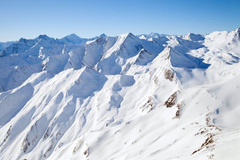 Os picos da cordilheira em cumes do inverno imagens de stock royalty free