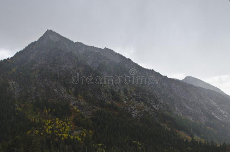 Os picos de montanha sob as nuvens chuvosas fotos de stock