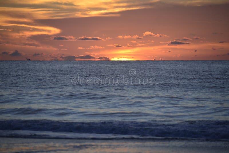 Os picos do nascer do sol sobre o horizonte do oceano fora do litoral de Amelia Island fotografia de stock royalty free