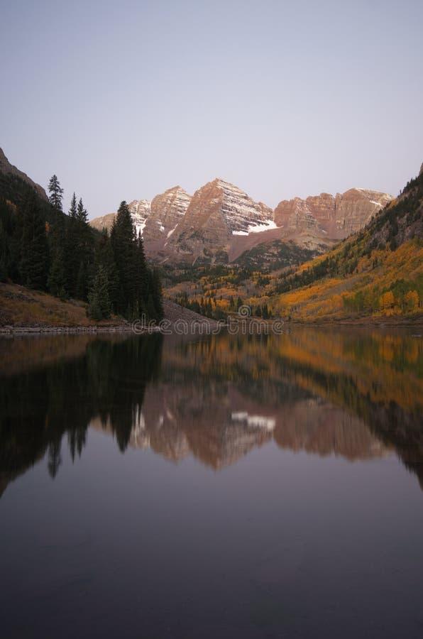 Os picos gêmeos das Bels marrons e do lago marrom imagem de stock