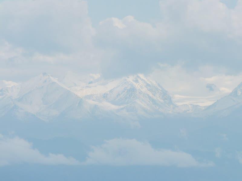 Os picos nevado das montanhas majestosas de Quirguizistão fotos de stock royalty free