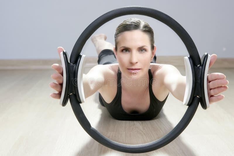 Os pilates mágicos soam a ginástica do esporte do aerobics da mulher imagem de stock