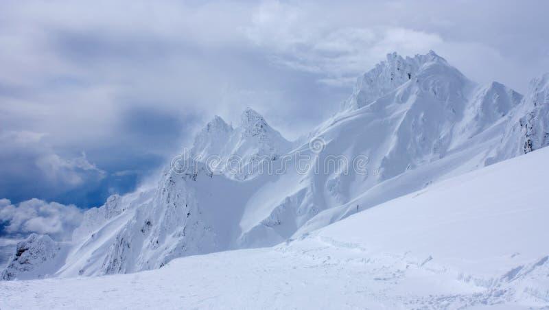Os pináculos em Whakapapa Ski Resort no vulcão do Mt Ruapehu na ilha norte de Nova Zelândia cobriram por camadas profundas de nev fotos de stock royalty free