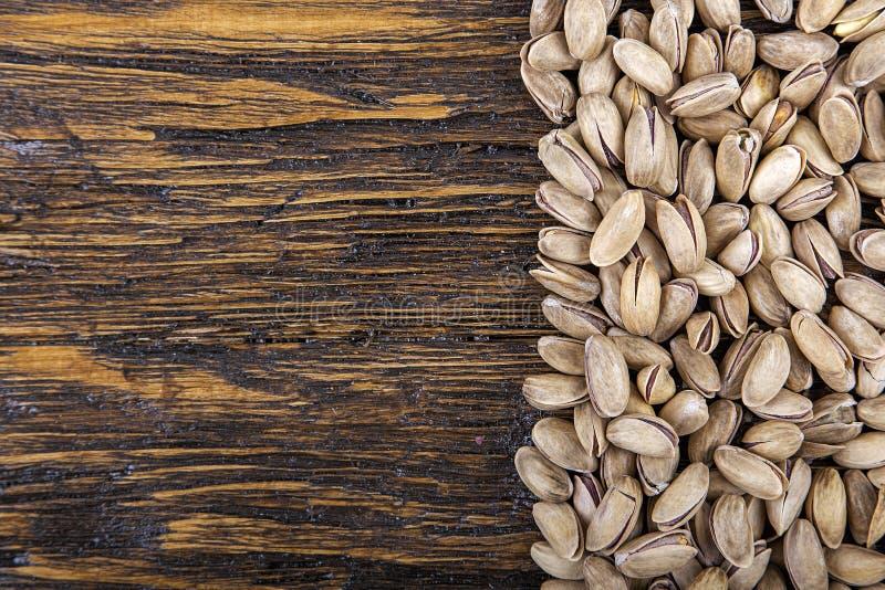 Os pistaches são dispersados fotografia de stock royalty free