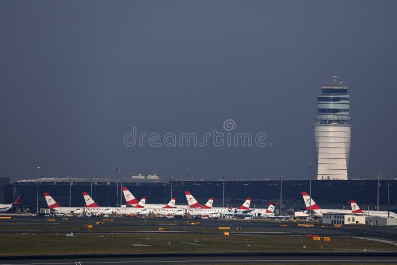 Os planos de Austrian Airlines no terminal no aeroporto de Viena, VIE fotografia de stock