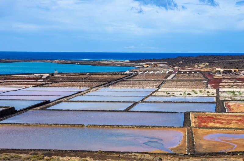 Os planos de sal nomearam Salinas de Janubio em Lanzarote fotografia de stock royalty free