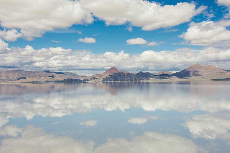 Os planos inundados de sal de Bonneville em Utá criam uma cena da reflexão de espelho na água, olhando surreal fotografia de stock royalty free