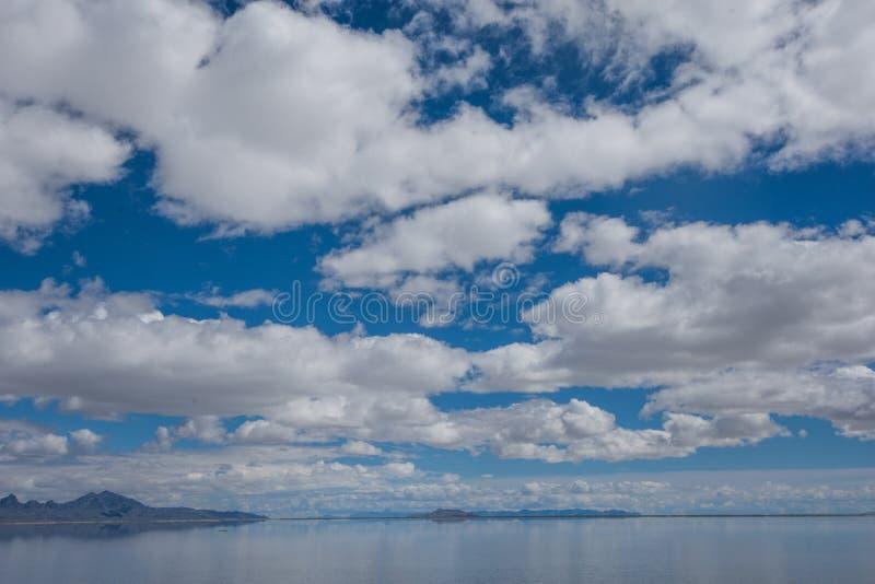 Os planos inundados de sal de Bonneville em Utá criam uma cena da reflexão de espelho na água, olhando surreal imagens de stock royalty free