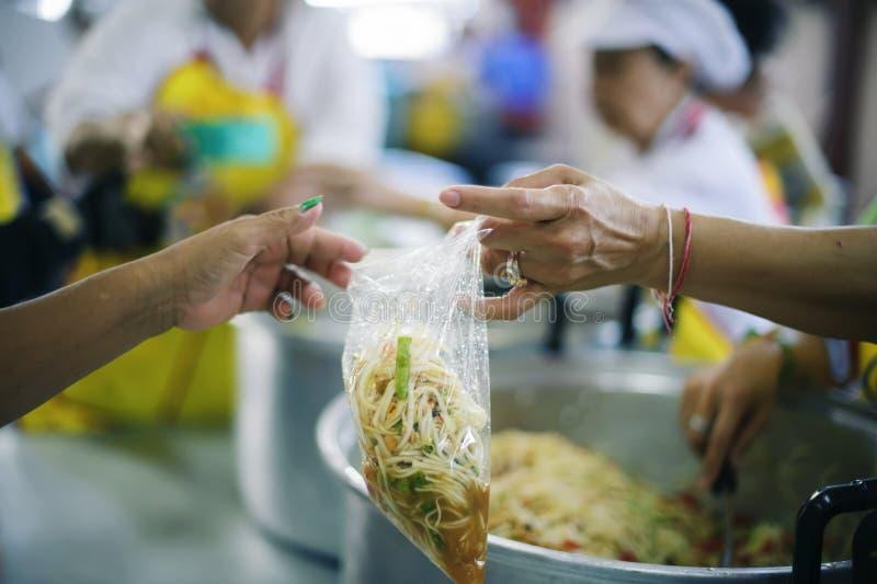 Os pobres têm compartilhado do alimento da sociedade mais amável para aliviar a fome: O conceito da alimentação fotos de stock royalty free