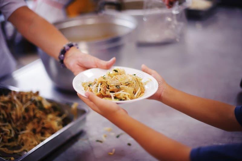Os pobres têm compartilhado do alimento da sociedade mais amável para aliviar a fome: O conceito da alimentação foto de stock royalty free