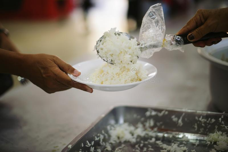 Os pobres têm compartilhado do alimento da sociedade mais amável para aliviar a fome: O conceito da alimentação imagens de stock