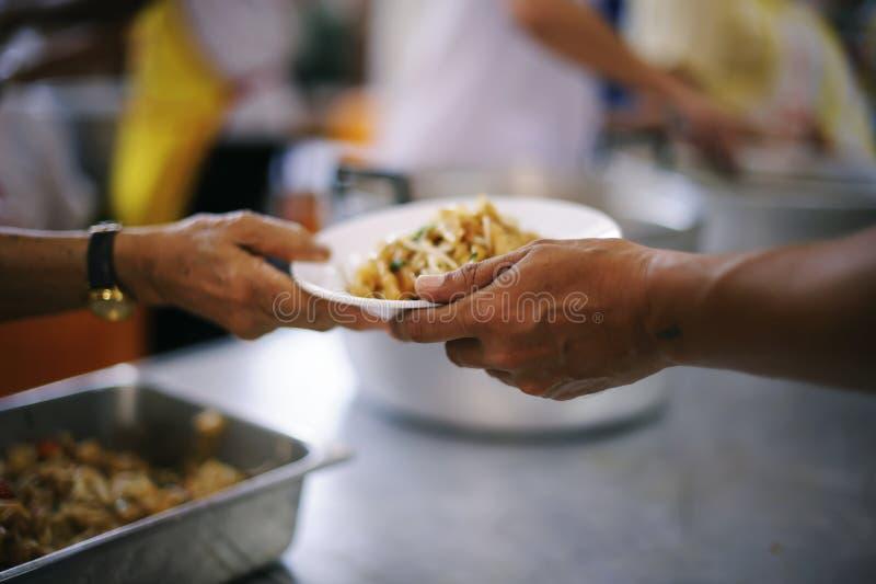 Os pobres têm compartilhado do alimento da sociedade mais amável para aliviar a fome: O conceito da alimentação fotografia de stock