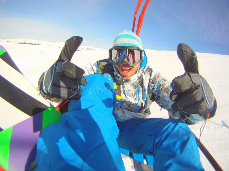 Os polegares levantam o snowboarder foto de stock