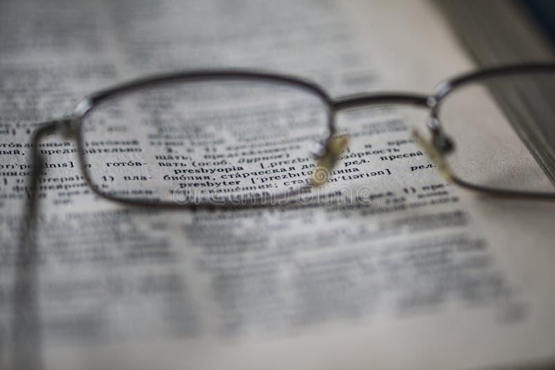 Os pontos estão na página do dicionário inglês-russo foto de stock royalty free