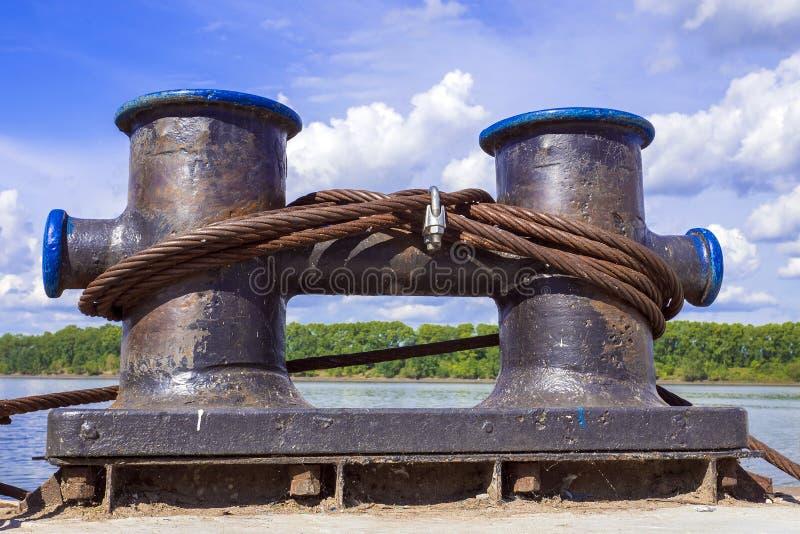 Os postes de amarração da amarração com um metal cabografam no cais imagens de stock royalty free