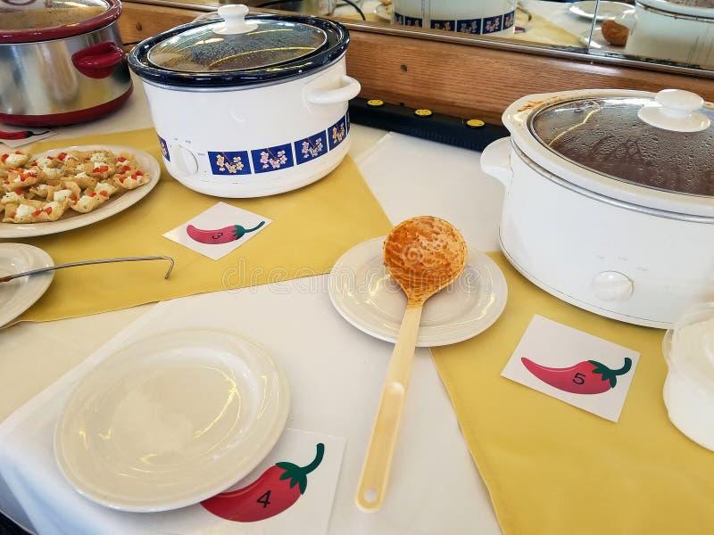 os potenciômetros da vasilha de barro no pimentão cozinham fora da competição imagens de stock royalty free