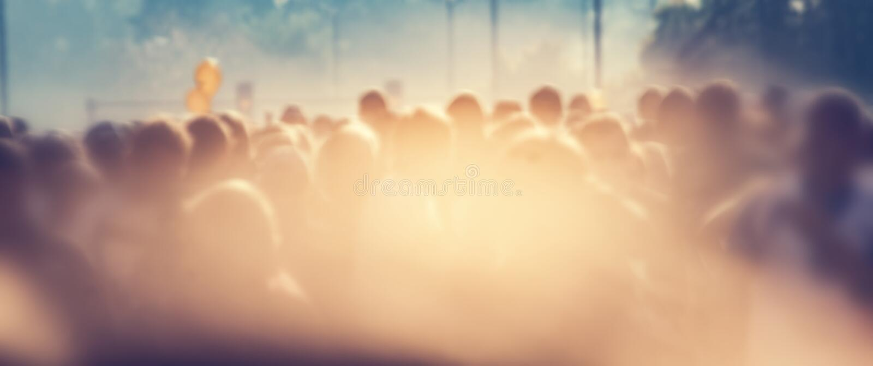 Os povos aglomeram-se na manhã, alargamento do sol Bandeira do fundo do borrão fotografia de stock royalty free