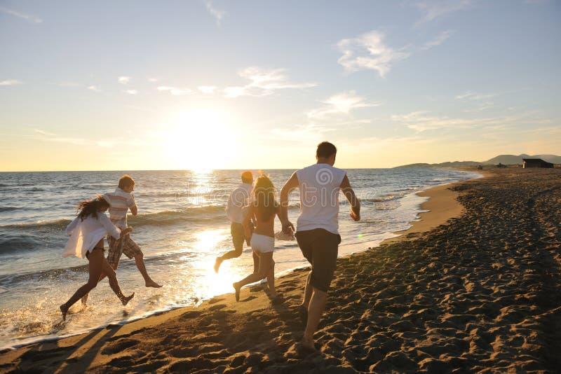 Os povos agrupam o corredor na praia foto de stock royalty free