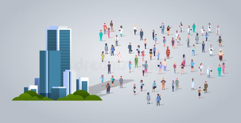 Os povos agrupam perto do centro de negócios que moderno do escritório os empregados diferentes da ocupação misturam a raça os tr ilustração royalty free