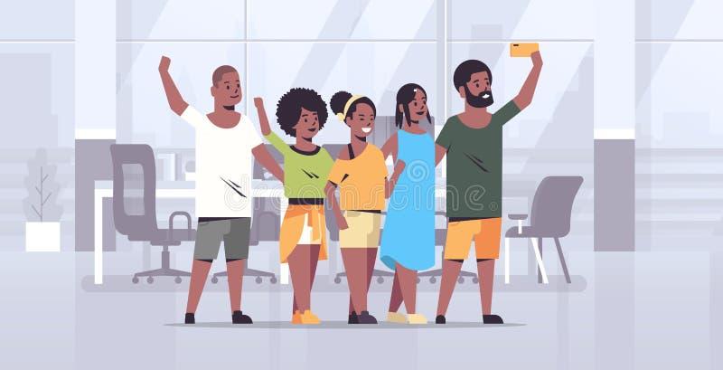 Os povos agrupam a tomada da foto do selfie nos colegas afro-americanos da câmera do smartphone que estão junto o escritório mode ilustração stock