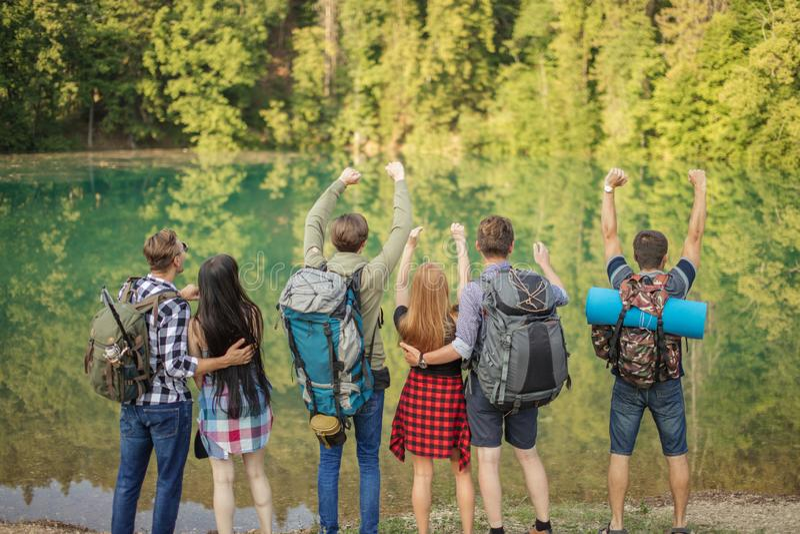 Os povos alegres de caminhada alcançaram o lago fotografia de stock royalty free