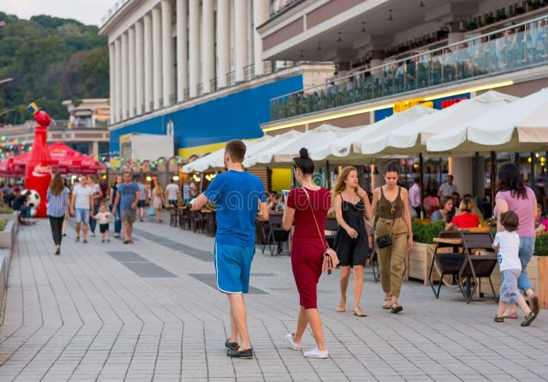 Os povos andam ao longo da terraplenagem perto da estação do rio, sentam-se em um café, relaxam, Ucrânia, Kyiv editorial 08 03 20 foto de stock royalty free