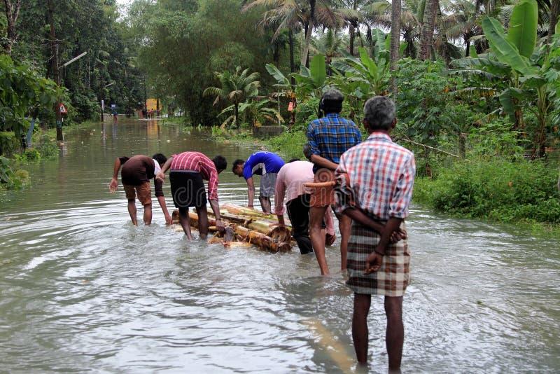 Os povos andam através das estradas inundadas fotos de stock royalty free