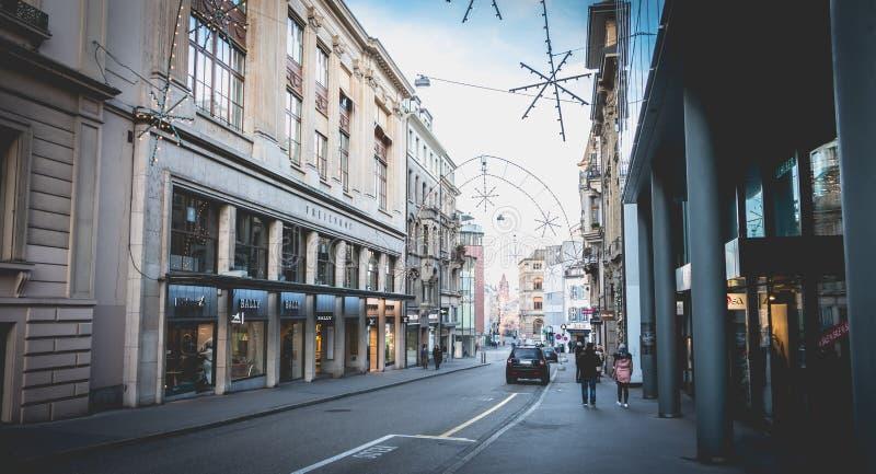 Os povos andam em uma rua do centro histórica de Basileia fotografia de stock royalty free