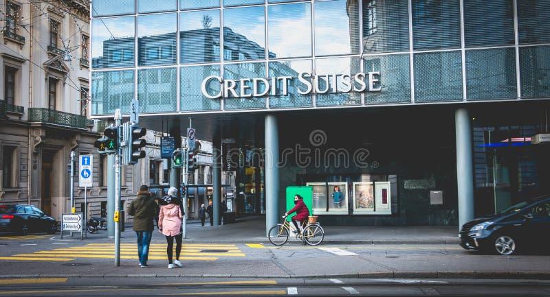 Os povos andam na frente de uma agência do banco do negócio de Credit Suisse fotos de stock royalty free