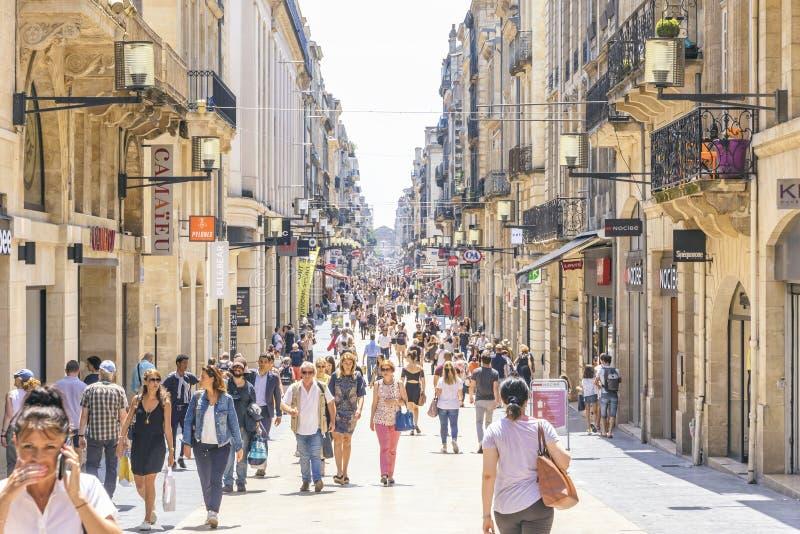 Os povos andam na rua de Rue Sainte-Catherine no Bordéus, França foto de stock royalty free