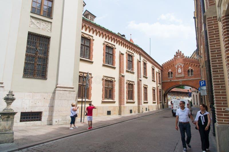 Os povos andam na rua em Krakow, Polônia fotos de stock